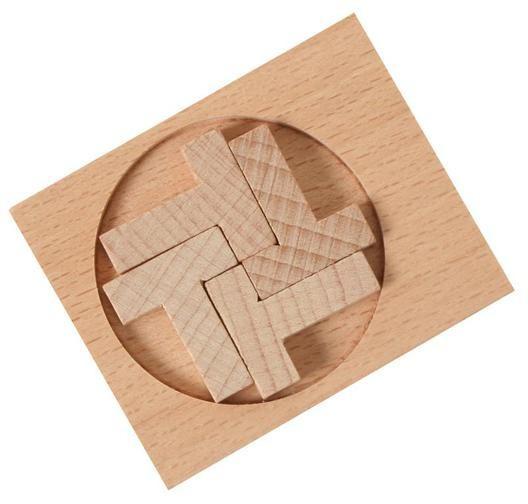 Fából készült logikai kirakó játék. Helyezd el a négy T betűt úgy, hogy elférjenek a kör alakú keretben.